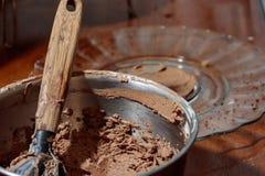 Spatula στη σοκολάτα που παγώνει το κύπελλο Στοκ εικόνες με δικαίωμα ελεύθερης χρήσης