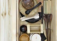 Σύνολο ξύλινου επιτραπέζιου σκεύους στο ξύλινο κιβώτιο στοκ φωτογραφίες με δικαίωμα ελεύθερης χρήσης