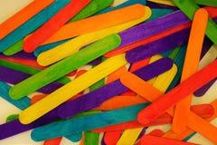 Spatules colorées plates sur la table photo libre de droits