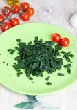 Spatzle, kleine Mehlklöße mit Spinat und Tomaten Lizenzfreie Stockfotografie