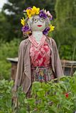Spaventapasseri con i fiori ed il vestito rosso Fotografia Stock Libera da Diritti