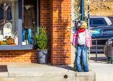 Spaventapasseri di Halloween usato come decorazione della via fotografia stock