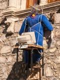 Spaventapasseri fatto a mano che pende da una finestra di pietra fotografie stock libere da diritti