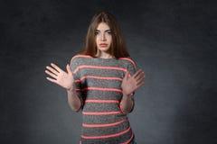 Spavento, panico, concetto di costernazione La donna ostacola una mano fotografie stock