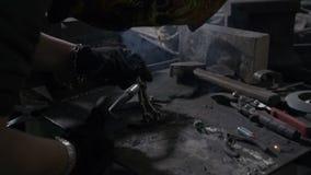 Spawacz lub blacksmith jest ubranym ochrony maskowego naprawianie i spawalniczego metalu narzędzie prysznic który i błękitnemu pł zdjęcie wideo