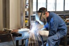 Spawacz pracuje w metal budowie - budowa i przerób obrazy royalty free