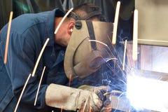 Spawacz pracuje w metal budowie - budowa i przerób obrazy stock