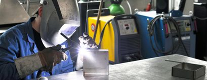 Spawacz pracuje w metal budowie - budowa i przerób obraz stock