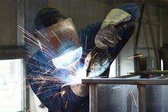 Spawacz pracuje w metal budowie - budowa i przerób zdjęcie royalty free