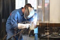 Spawacz pracuje w metal budowie - budowa i przerób fotografia royalty free