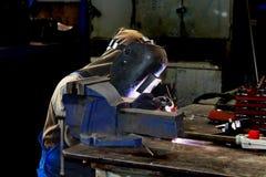 Spawacz pracuje w produkcja warsztacie Fotografia Stock