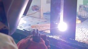 Spawacz produkuje staranne spawu dwa metalu części stawia czoło na spawu stole zbiory wideo