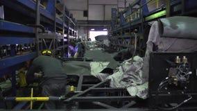 Spawacz przy fabryką scena Pracownicy z ochronną maską pracuje z metalu spawem w przemysłowej roślinie zbiory wideo