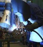 Spawacz przy pracą w metal fabryce zdjęcia royalty free
