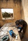Spawacz przy pracą w starym domu w Afryka Obrazy Stock