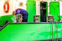 Spawacza naprawiania cumownicy na Wielkiego krajacza bagieru Zasysającym naczyniu zakotwiczali dla napraw w Urk w holandiach obrazy royalty free