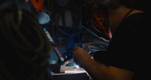 Spawacza spawalniczy metal w warsztacie z iskrami obrazy stock