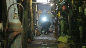 Spawacze naprawiają benzynowego bojler przy termiczną elektrownią zbiory wideo