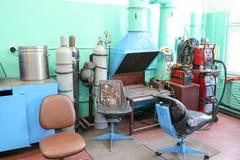 Spawalnicza poczta, stół dla pracy pracujący benzynowy spawacz z benzynowymi butlami w warsztacie przy metalurgiczną rośliną w na fotografia royalty free