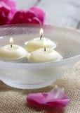 Spławowe świeczki w wodzie Zdjęcia Stock
