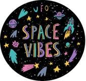 Spazi il cerchio di struttura del cielo notturno con l'iscrizione di vibrazioni dello spazio royalty illustrazione gratis