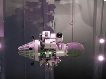 Spazi il satellite che orbita la terra su un sole della stella del fondo Elementi di questa immagine ammobiliati dalla NASA fotografie stock