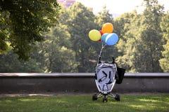 Spaziergänger mit bunten Ballonen Stockfotos