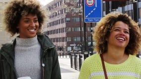 Spaziergang durch die Stadt stock video footage