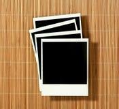 Vecchi spazii in bianco curvati d'annata del film della polaroid che si trovano sopra immagine stock