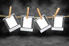 Spazii in bianco della pellicola del Polaroid con i bordi di 35mm Fotografia Stock