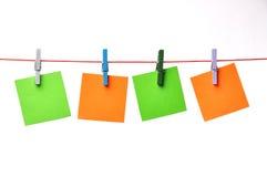 Spazii in bianco di carta che appendono su una corda Immagini Stock