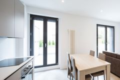 Spazio aperto con la cucina ed il salone eleganti immagine stock