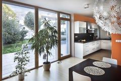 Spazio aperto della cucina al nuovo interno della casa della famiglia fotografia stock libera da diritti