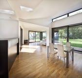 Spazio aperto della cucina al nuovo interno della casa della famiglia Immagine Stock Libera da Diritti
