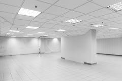 Spazio aperto, interno vuoto bianco dell'ufficio dell'estratto fotografie stock