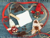 Spazio in bianco, biglietto di S. Valentino, cartolina d'auguri con tricottare le coppie amorose, rosse Fotografia Stock Libera da Diritti