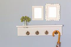 Spazio in bianco d'annata e gancio delle cornici di legno Fotografia Stock Libera da Diritti