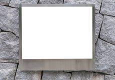 spazio in bianco del telaio di alluminio della foto o del tabellone per le affissioni vuoto del manifesto sulla pietra Fotografia Stock