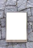 spazio in bianco del telaio di alluminio della foto o del tabellone per le affissioni vuoto del manifesto sulla pietra Fotografia Stock Libera da Diritti