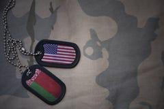 spazio in bianco dell'esercito, medaglietta per cani con la bandiera degli Stati Uniti d'America e la Bielorussia sui precedenti  Fotografia Stock Libera da Diritti