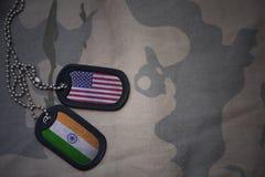 spazio in bianco dell'esercito, medaglietta per cani con la bandiera degli Stati Uniti d'America e l'India sui precedenti cachi d Fotografia Stock