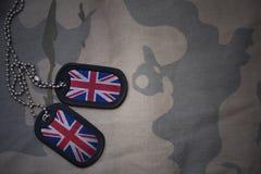 Spazio in bianco dell'esercito, medaglietta per cani con la bandiera della Gran Bretagna sui precedenti cachi di struttura Immagine Stock