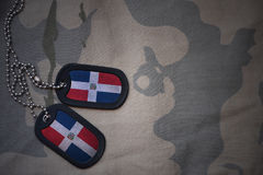 Spazio in bianco dell'esercito, medaglietta per cani con la bandiera della Repubblica dominicana sui precedenti cachi di struttur Fotografia Stock Libera da Diritti