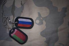 spazio in bianco dell'esercito, medaglietta per cani con la bandiera della Russia e la Bielorussia sui precedenti cachi di strutt Fotografie Stock Libere da Diritti