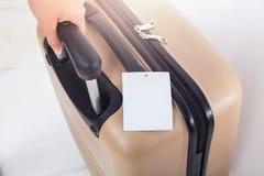 Spazio in bianco dell'etichetta dei bagagli sulla valigia, concetto di viaggio Fotografie Stock Libere da Diritti