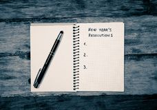 Spazio in bianco della copia della lista di 2019 risoluzioni del nuovo anno sul taccuino sulla tavola di legno negli scopi felici immagine stock libera da diritti