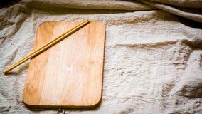 Spazio in bianco di legno del piatto con i bastoncini che cucinano idea del menu dell'alimento immagini stock libere da diritti