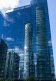Spazio in bianco bianco esteriore del cielo blu di riflessione di vetro nuvoloso del grattacielo immagine stock
