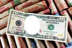 Spazio in bianco oltre dieci dollari Bill sugli involucri della moneta Fotografie Stock Libere da Diritti