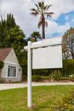 Spazio in bianco per il segno di affitto con la casa Fotografia Stock